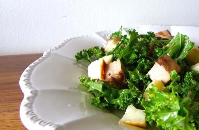 Salade de kale, petits pois, tofu fumé et halloumi - Photo par Rosenoisettes