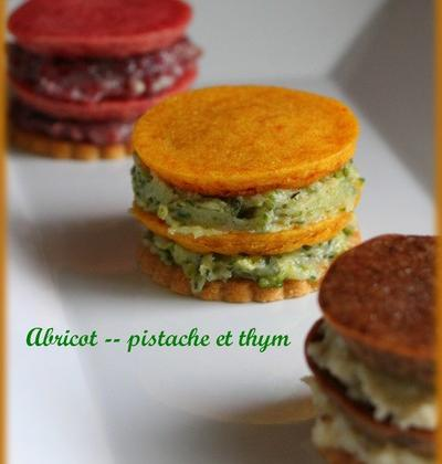 Yoyo sablé/fondant d'abricot et ganache chocolat blanc, pistache et thym - Photo par mamandl