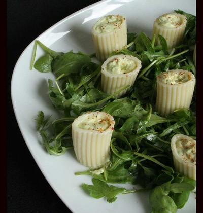 Salade de pâtes aux pistaches et au fromage de chèvre sur fond de roquette - Photo par loukou