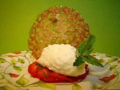 Une mousse de chocolat blanc sur un carpaccio de fraises à la menthe - Photo par Sandrine Baumann