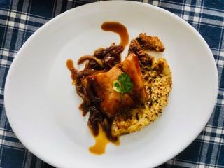 Galette de riz aux petits pois et saumon caramélisé aux oignons - Photo par La Quotidienne