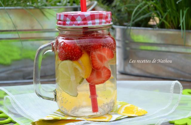 Eau aromatisée au citron jaune, citron vert et fraises (Detox water) - Photo par Communauté 750g
