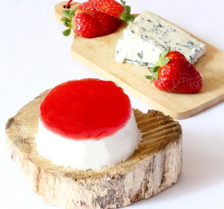 Panna cotta roquefort & fraises/basilic - Photo par Délice Céleste