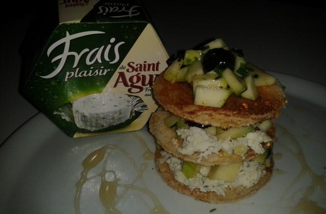 Toasts de St Agur façon mille-feuilles de tartare courgettes et olives noires - Photo par darton
