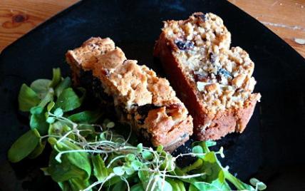 Cake sucré/salé aux oignons et pruneaux - Photo par fzoujj