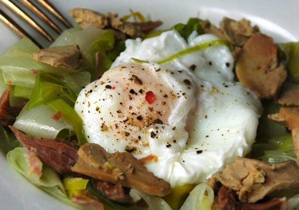 Salade tiède, confit de canard, foie gras et œuf poché - Photo par Clovis