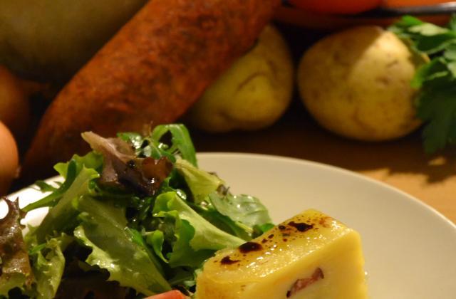 Mille feuilles de pommes de terre confites et saucisses de morteau. - Photo par contaccH