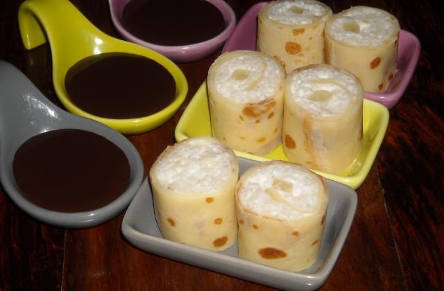 Makis de crêpes au lait de coco et ananas, sauce au chocolat - Photo par jlauree