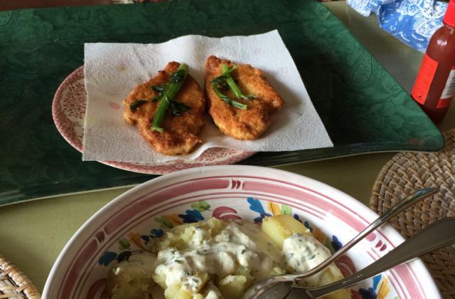 Poulet pané au parmesan, pommes de terre au four et sauce à la ciboulette - Photo par Invité