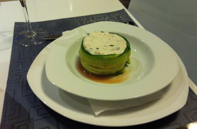 Tartare de saumon sur son tartare de tomates au basilic - Photo par garryg