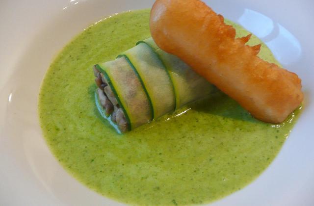 Cannelloni de courgette aux champignons de Paris, velouté de fanes de radis, tempura de céleri rave - Photo par el pollo