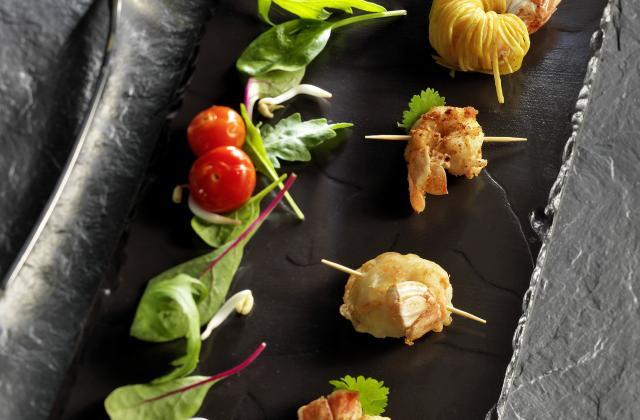 Petites brochettes de langoustines accompagnées - Photo par pavill1