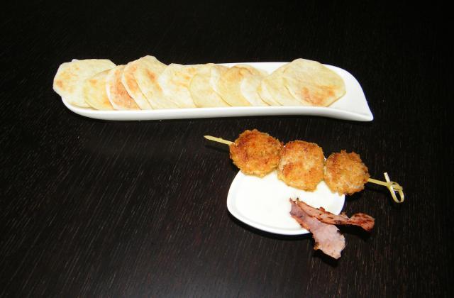 Boudin blanc en croûte façon brochette, chips de pommes de terre et de jambon d'Ardennes et sauce au chaource - Photo par stephaniegr
