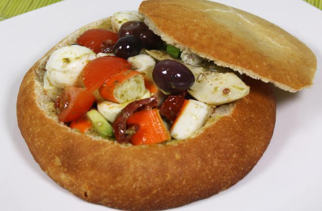 Pan bagnat à l'italienne : tomate, pesto, mozzarelle et bâtonnets Saveur Coraya - Photo par Coraya