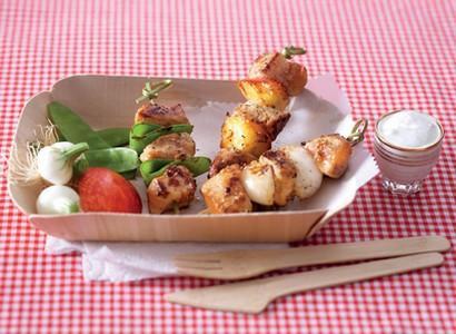 Brochettes de poulet, sauce au yaourt - Photo par CNIEL - Les produits laitiers