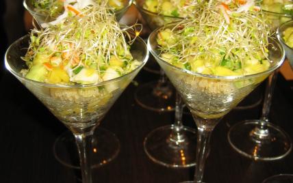 Verrine de quinoa petite salade de surimi mangue et graines germées - Photo par Orts