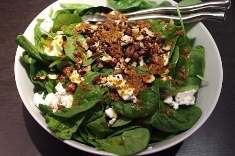 Salade d'épinards au chèvre et aux noisettes - Photo par pasquesoone