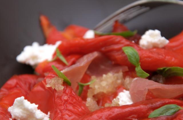 Salade tiède de poivrons grillés au jambon de parme et chèvre frais - Photo par marie chioca
