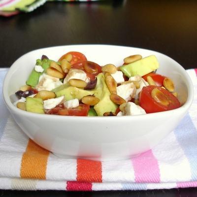 Salade tout en saveurs et jeux de textures : avocats, feta, pignons, tomates et olives noires - Photo par marielgf5