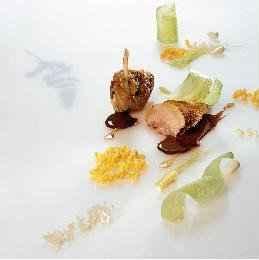 Le filet de pintade des Roualdès poêlé, maïs cassés, un jus lié aux amandes douces et amères - Photo par 750g