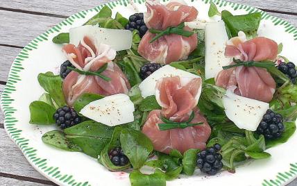 Aumônières de Jambon de Bayonne aux poires et pur brebis des Pyrénées, vinaigrette de mûres. - Photo par La soupe à la citrouille