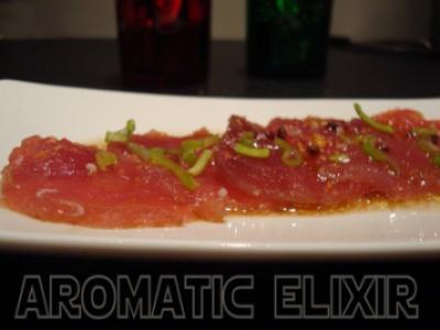 Carpaccio de thon rouge au poivre rose et vinaigre balsamique - Photo par ae
