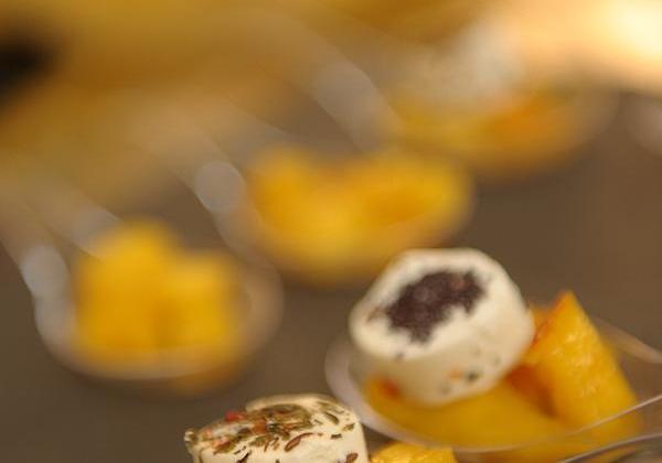 Cuillères de mangue rôtie au miel et son Apérivrais Chèvre - Photo par Quiveutdufromage.com