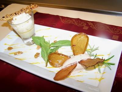 Crème brûlée au Roquefort, mousseux de poires, comme un papillon, la glace noisette et croustilles de poires - Photo par gounyh
