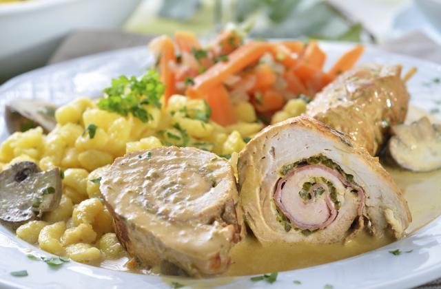 Roulés de poulet aux poireaux, jambon et petits légumes - Photo par 750g