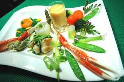 Légumes primeurs, huile de carapaces, langoustine royale, joues de raies caramélisées et jaune doux en écume de rouille - Photo par agnestriomp
