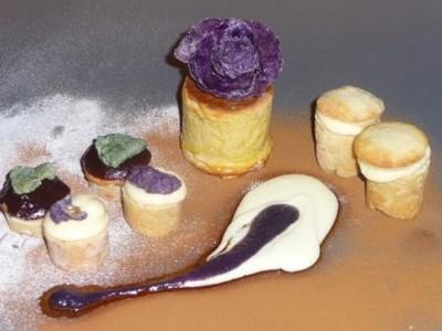 Massepain cuit de Bintje, crème pâtissière à l'avocat, noyau de chocolat très noir, Mousseline de Charlotte à la vanille, Croustilles sucrées de Vitelotte - Photo par uncuis
