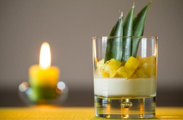 Panna cotta coco citron vert, ananas caramélisé vanille bourbon et rhum blanc - Photo par Sandrine Baumann
