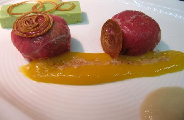 Bonbon cru de faux filet de bœuf et mangue, bavarois de chou chinois et sa mayonnaise miso de Frédéric doucet - Photo par Frédéric Doucet