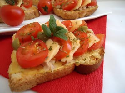 Tartines au thon, tomates cerises et basilic - Photo par fimere2