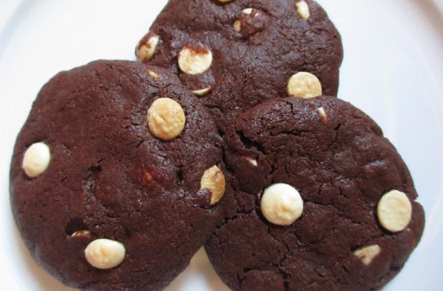 Cookies chocolatés aux pépites de chocolat blanc - Photo par fionasq