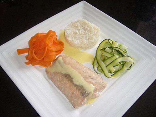 Pavé de saumon et ses tagliatelles de légumes accompagné d'une sauce hollandaise - Photo par 1, 2, 3, 4 filles aux fourneaux