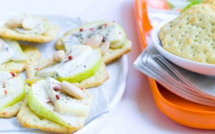 Canapés de crackers gorgonzola, poire et amande fumée - Photo par Instant craquant