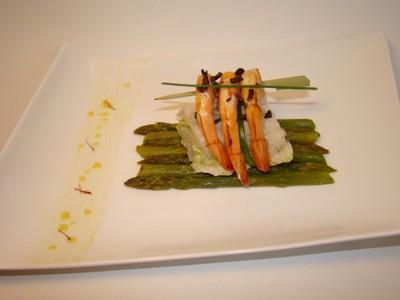Filets de sole farcis, asperges vertes glacées au parfum d'orange, brochette de crevettes gingembre et grué de cacao, beurre de crevette safrané - Photo par Sandrine Baumann