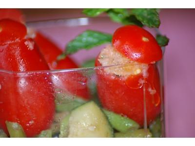 Verrines de tomates 'cœur de pigeon' farcies aux anchois et légumes sautés façon thaï - Photo par Babali