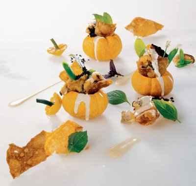 Dans une courge Jack be little, des coquillages et leur jus, olives fortes, basilics parfumés et pain frit - Photo par 750g