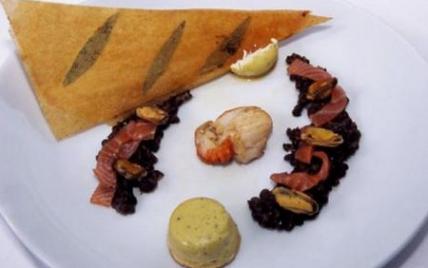 Crémeux et lentilles à la fourme d'Ambert, noix de Saint-jacques rôties, émincé de saumon fumé et velouté de moule - Photo par La Fourme d'Ambert