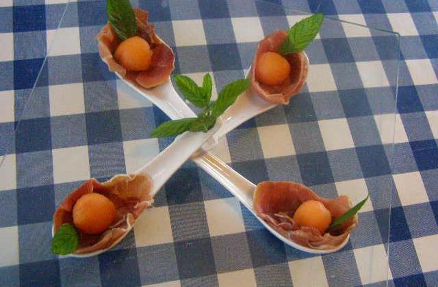 Billes  de melon dans un écrin de jambon crû - Photo par findv