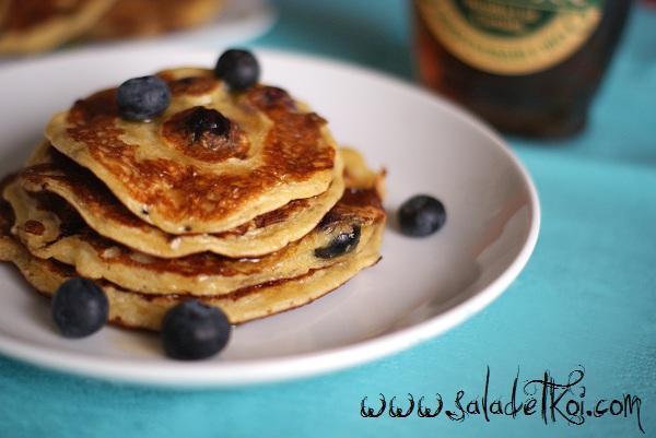 Pancakes aux flocons d'avoine, cottage cheese et myrtilles - Photo par LucieLabide