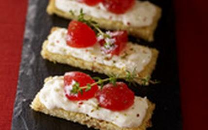 Tartine de harcha aux figues séchées, crème de buchette de chèvre et marmelade de tomates au thym - Photo par Fromages de Chèvre