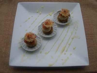 Coquilles st-jacques poêlées sur endives caramélisées, tuile au parmesan baies roses, et beurre blanc à l'orange - Photo par Sandrine Baumann