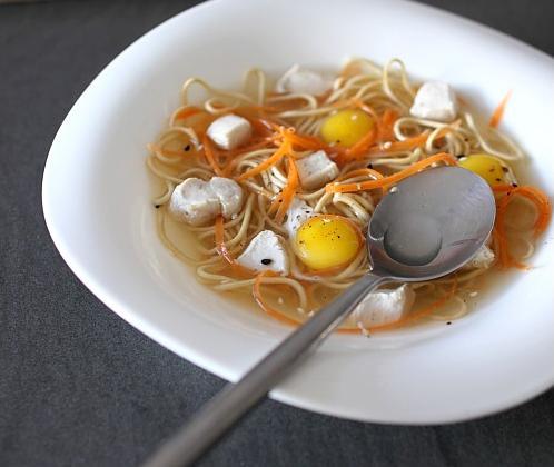 Dés de poulet pochés au bouillon crustacé, nouille chinoise et julienne de carotte - Photo par chefni