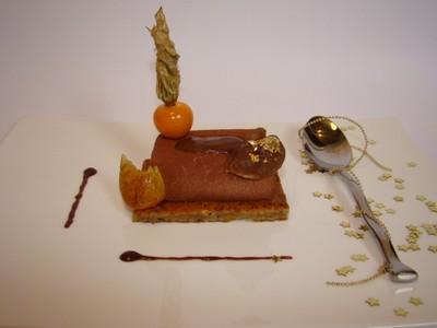 Illusion d'une bûche de Noël aux marron, pralin, clémentine confite et chocolat - Photo par Sandrine Baumann