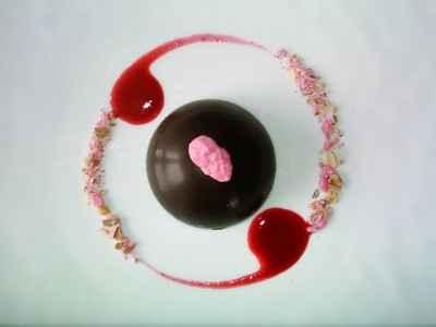 Dôme de chocolat, mousse fraise - Photo par BerqueretVincent