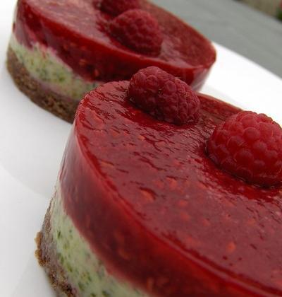 Tartelettes aux framboises et à la crème de pistache sur biscuit chocolaté - Photo par robmarx