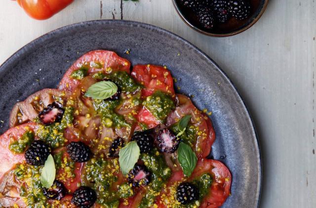 Carpaccio de tomates de France, pesto de pistaches et mûres - Photo par Angèle Ferreux Maeght/CamilleChamignon